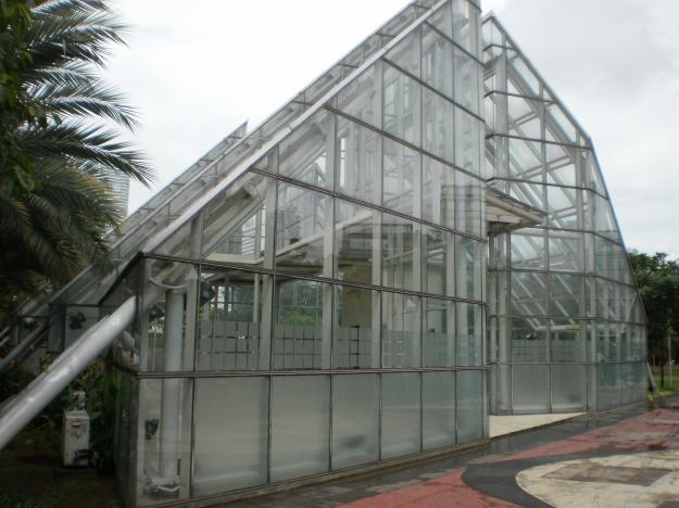 Taman Menteng...ini bangunan apa aku belum kenal betul...ada yang tahu? dari bentuknya seperti glass house..