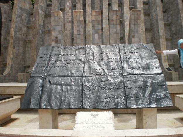 Replika Teks Proklamasi dalam ukuran besar