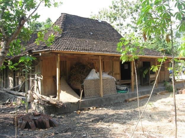 Rumah salah seorang warga dusun Gerjo yang bergaya rumah adat Yogyakarta, kebanyakan dindingnya terbuat dari anyaman bambu