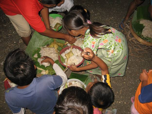 Tumpeng dibagikan merata kepada setiap anak pembawa bakul