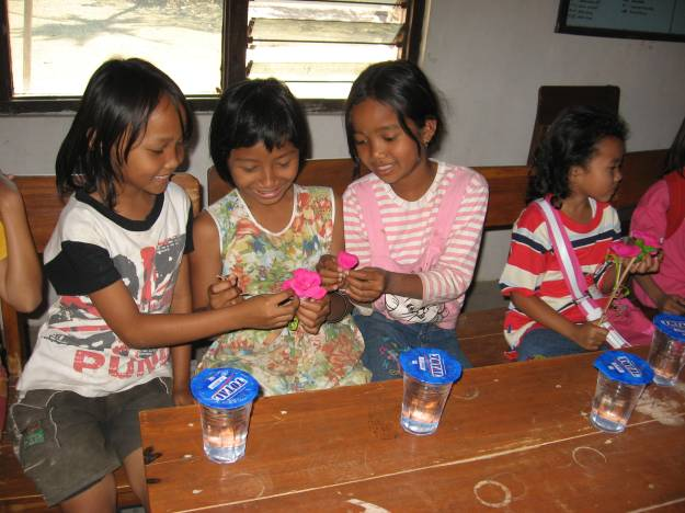 Anak-anak dusun Gerjo sedang membuat maket bunga