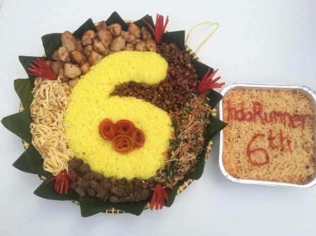 Tumpeng ulang tahun Indo Runners ke-6 yang sudha siap dipotong (baca: diubek-ubek)